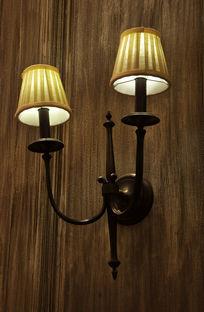 原木墙壁上的壁灯