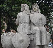 两个带头巾女子雕像