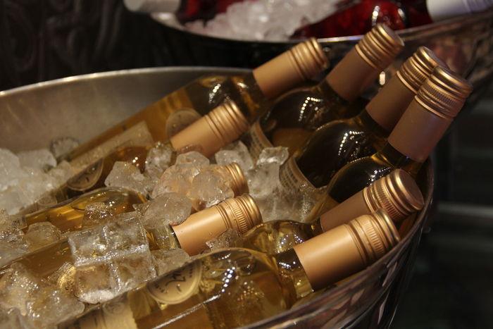 冰桶里的白葡萄酒