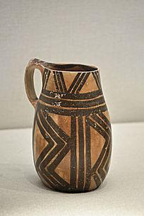 马厂类型折线纹彩陶筒状杯