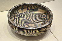 马家窑类型变体人面纹彩陶盆