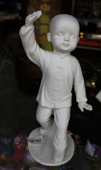 瓷雕练武的小男孩