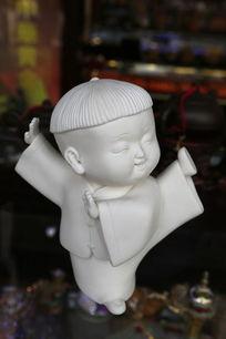 瓷雕练武踢腿的小男孩