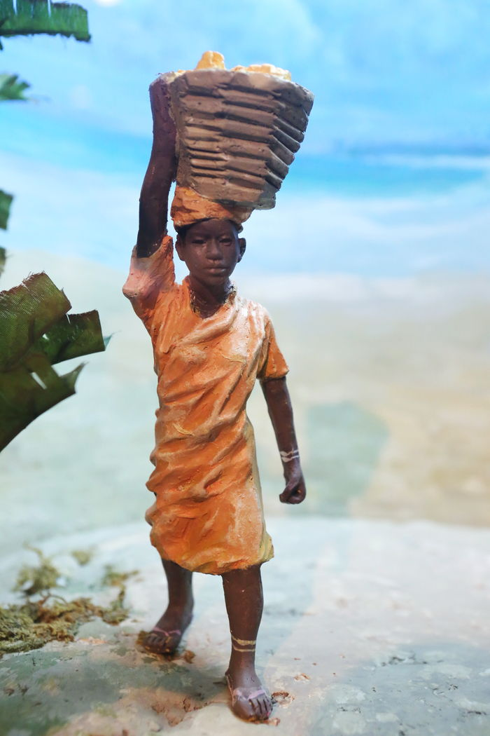 非洲妇女鼎篮子雕像图片