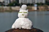 雪人头顶着雪球