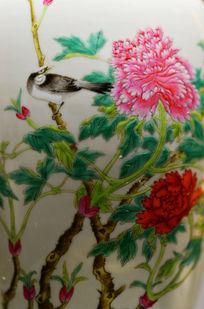 瓷瓶上的彩色花鸟牡丹图