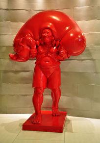 母猪与人主题的雕塑