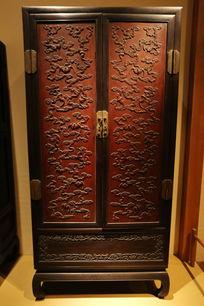 清代紫檀红豆杉木面心雕蝙蝠纹柜