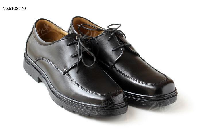 一双男式皮鞋