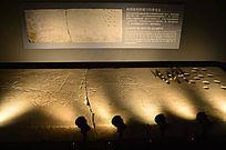 古罗马画满涂鸦和题字的游戏桌