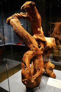鹰展雄威木雕