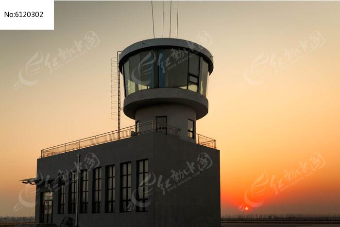 夕阳下的机场指挥塔台图片