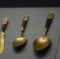 两把勺子和刀子