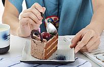 享用美味的巧克力切件蛋糕
