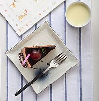 一碟美味的巧克力蛋糕顶视图