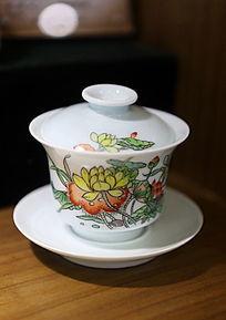 白地荷叶荷花图案带托茶盅
