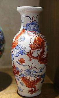 白地红龙图案瓷瓶