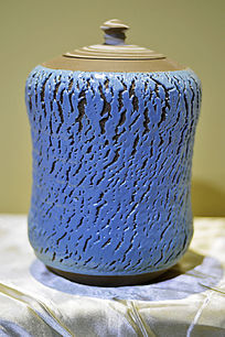 蓝色胶釉拉胚纹罐