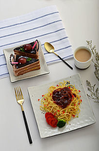 美味的意大利面和蛋糕
