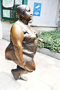 散步中的胖少妇