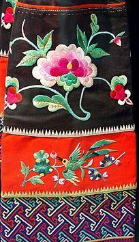少数民族服装上的刺绣花朵