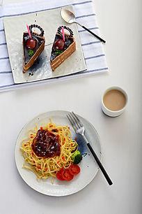 意大利面和巧克力蛋糕