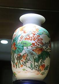 白地荷花荷叶瓷瓶