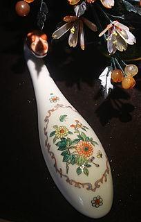 白地花枝图案瓷如意形