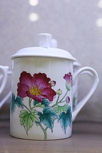 白地折枝花朵图案带盖瓷杯