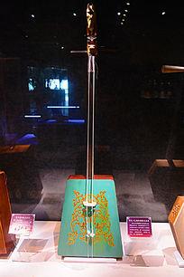 传统工艺制作彩绘马头琴