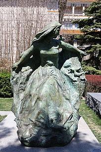 和平少女站姿雕像