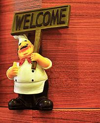 举欢迎牌的厨师小摆件
