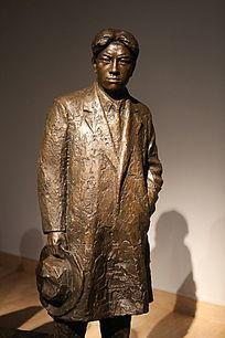 李金发铜雕像
