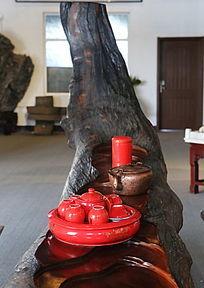 红瓷茶具和茶桌