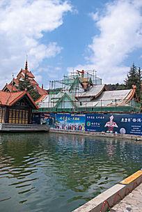 水边的民族风格建筑