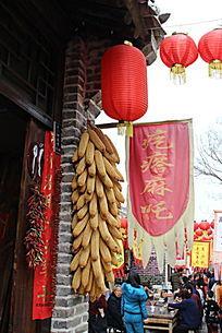 小吃街招牌与红灯笼