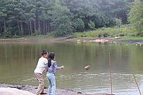 月亮湖畔玩耍的儿童