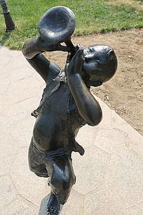 铜雕吹喇叭的小男孩