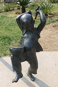 铜雕打锣鼓的小男孩
