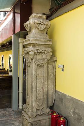 西洋雕刻石柱近照