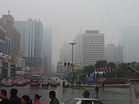 雨雾中的鞍山虹桥看站前