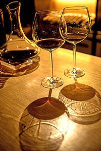 吧台上的红酒杯分酒器