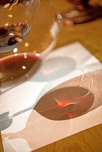 红酒杯在吧台上的投影