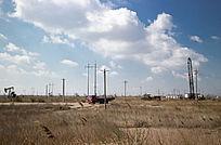荒原上油井施工作业