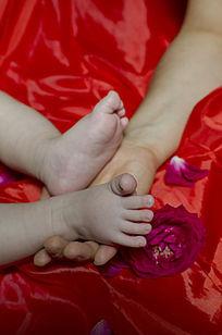 底部红色父亲握着婴儿的小脚