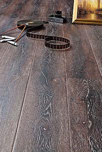 复古的木地板与画笔胶片