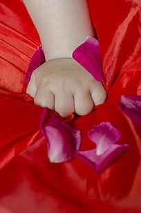 红底握拳的小手