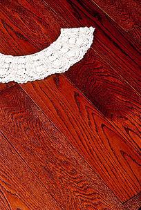 蕾丝衣领与木地板的结合