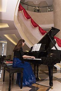 美女弹钢琴