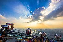 广州电视塔顶成排的摩天轮